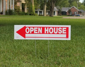 Open house sign on a quiet street. Photo credit to Agover on Pixabay.